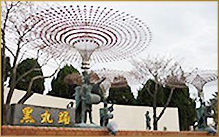 黒丸踊りのブロンズ像
